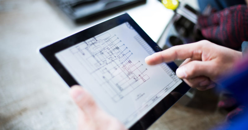catalogo prodotti Product Catalogue progettazione costruzione elettrodi electrodes production technician holds tablet with mechanical drawing